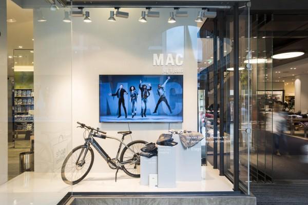 MAC_HAKA_jogn_jeans_Aktion_Hirmer_M-nchen_2